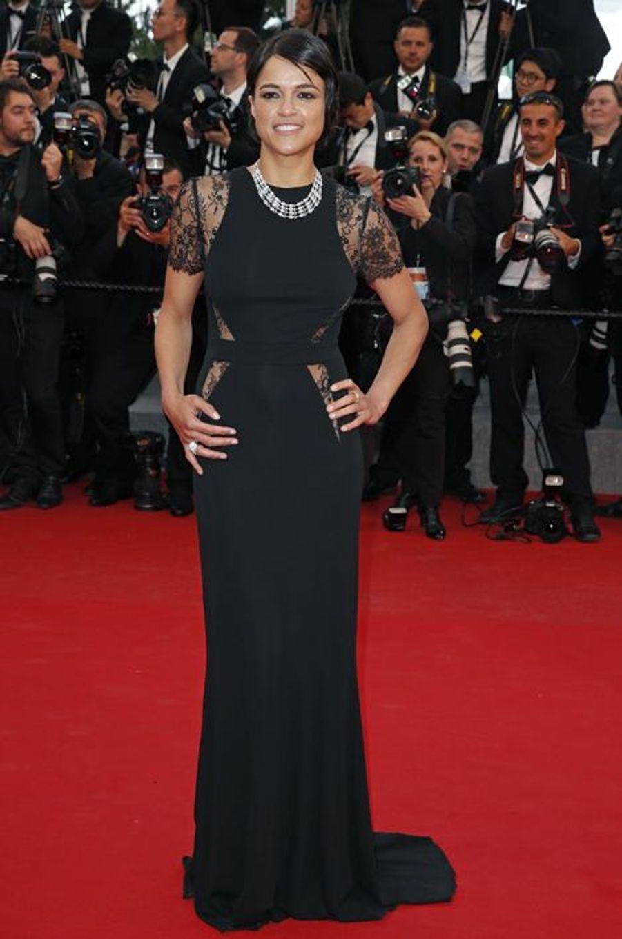 """Michelle Rodriguez au Festival de Cannes, pour le tapis rouge du film """"L'homme irrationnel"""" de Woody Allen et Emma Stone"""
