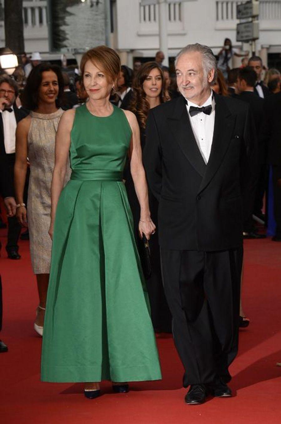 """Nathalie Baye et Jacques Attali au Festival de Cannes, pour le tapis rouge du film """"L'homme irrationnel"""" de Woody Allen et Emma Stone"""