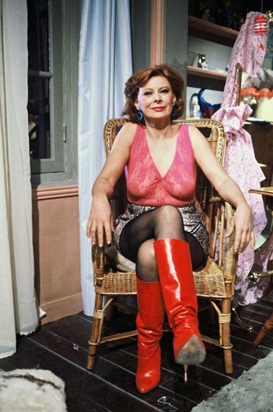 """1983. Magali Noël sur le tournage du telefilm """"Les bottes rouges"""" sur TF1"""