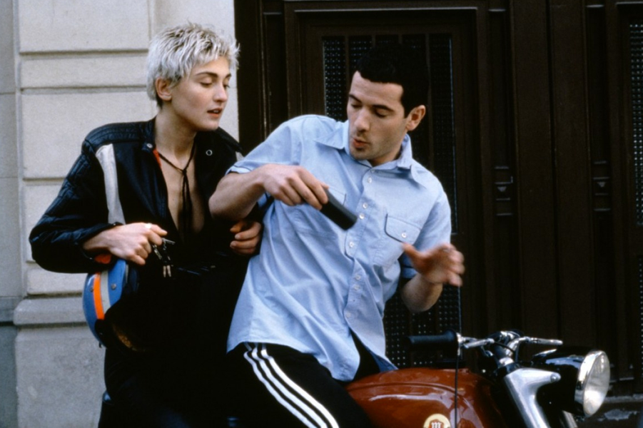 Dans ce tendre film avec Bruno Putzulu et Amira Casar, elle tient le rôle d'une libraire lesbienne. Julie Gayet défendra les droits des homosexuels à de nombreuses reprises.
