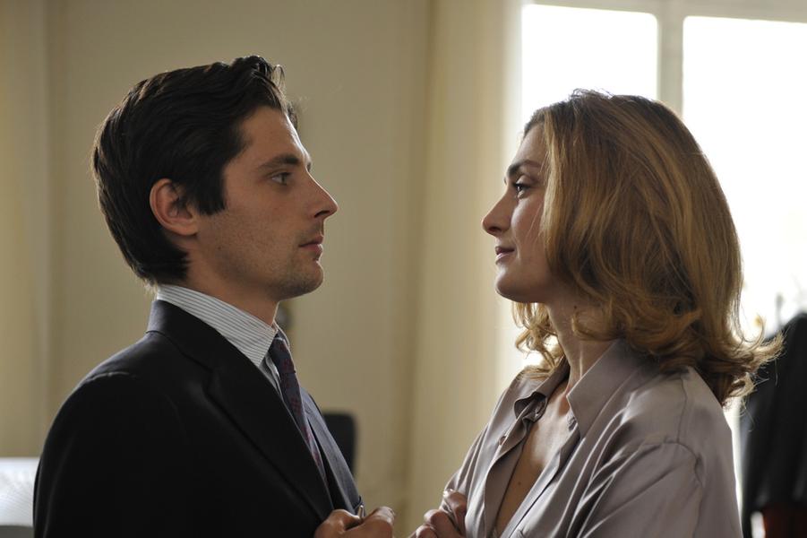 Devant la caméra de Bertrand Tavernier, elle tient le rôle de Valérie Dumontheil.