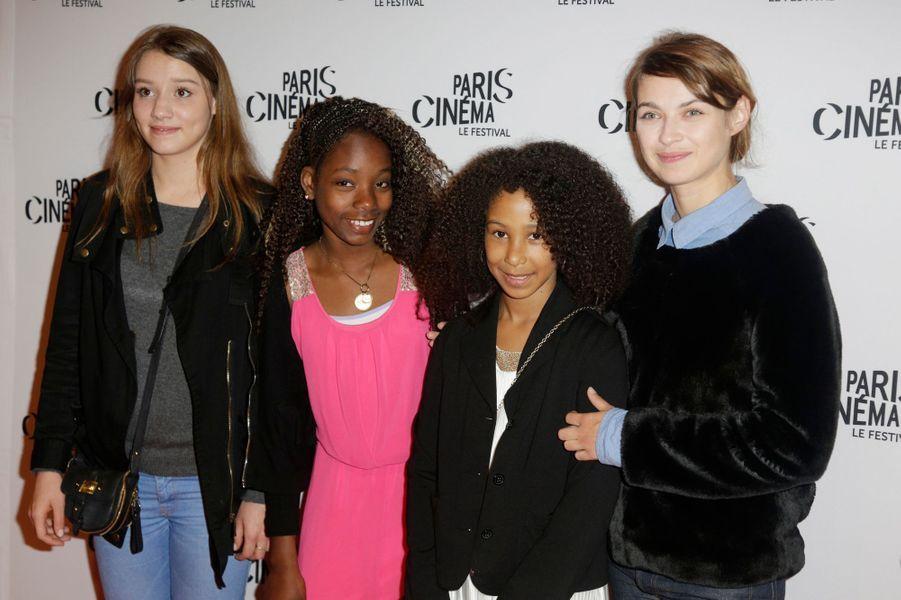 """""""Mercuriales"""" raconte l'amitié de deux jeunes filles perdues qui vivent près des fameuses tours."""