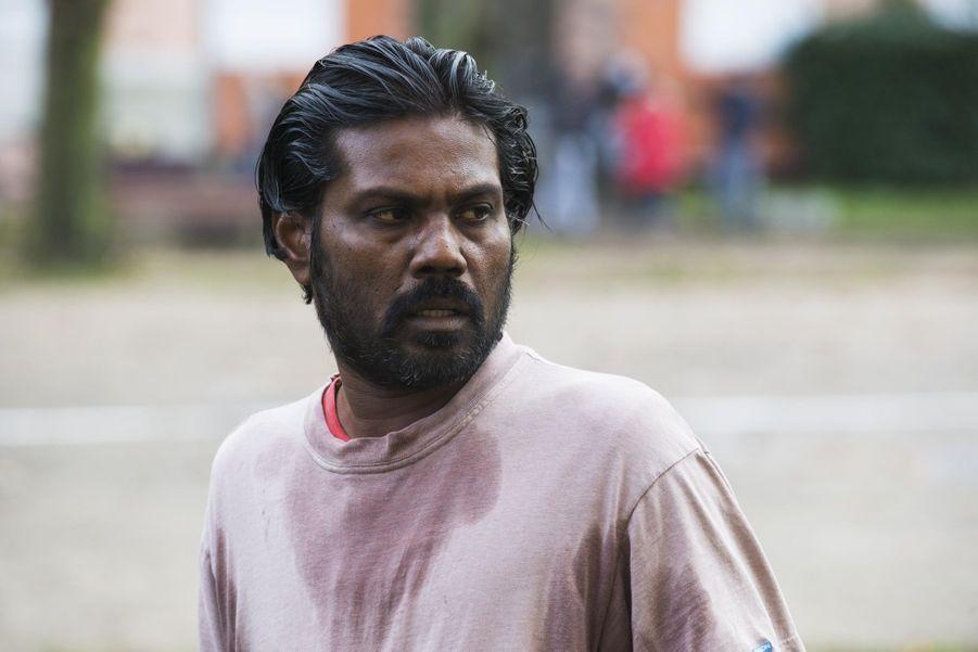 Dheepan est un combattant de l'indépendance tamoule, un Tigre. La guerre civile touche à sa fin au Sri Lanka, la défaite est proche, Dheepan décide de fuir. Il emmène avec lui une femme et une petite fille qu'il ne connaît pas, espérant ainsi obtenir plus facilement l'asile politique en Europe. Arrivée à Paris, cette «famille» vivote d'un foyer d'accueil à l'autre, jusqu'à ce que Dheepan obtienne un emploi de gardien d'immeuble en banlieue. Dheepan espère y bâtir une nouvelle vie et construire un véritable foyer pour sa fausse femme et sa fausse fille. Bientôt cependant, la violence quotidienne de la cité fait ressurgir les blessures encore ouvertes de la guerre. Le soldat Dheepan va devoir renouer avec ses instincts guerriers pour protéger ce qu'il espérait voir devenir sa «vraie» famille.