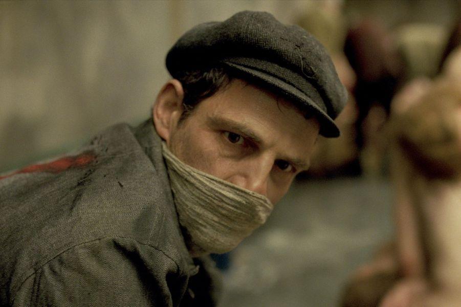Octobre 1944, Auschwitz-Birkenau. Saul Ausländer est membre du Sonderkommando, ce groupe de prisonniers juifs isolé du reste du camp et forcé d'assister les nazis dans leur plan d'extermination. Il travaille dans l'un des crématoriums quand il découvre le cadavre d'un garçon dans les traits duquel il reconnaît son fils. Alors que le Sonderkommando prépare une révolte, il décide d'accomplir l'impossible : sauver le corps de l'enfant des flammes et lui offrir une véritable sépulture.