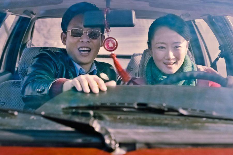 Chine, fin 1999. Tao, une jeune fille de Fenyang est courtisée par ses deux amis d'enfance, Zang et Lianzi. Zang, propriétaire d'une station-service, se destine à un avenir prometteur tandis que Liang travaille dans une mine de charbon. Le cœur entre les deux hommes, Tao va devoir faire un choix qui scellera le reste de sa vie et de celle de son futur fils, Dollar. Sur un quart de siècle, entre une Chine en profonde mutation et l'Australie comme promesse d'une vie meilleure, les espoirs, les amours et les désillusions de ces personnages face à leur destin.