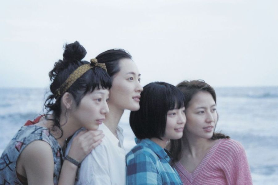 Trois sœurs, Sachi, Yoshino et Chika, vivent ensemble à Kamakura. Par devoir, elles se rendent à l'enterrement de leur père, qui les avait abandonnées une quinzaine d'années auparavant. Elles font alors la connaissance de leur demi-sœur, Suzu, âgée de 13 ans. D'un commun accord, les jeunes femmes décident d'accueillir l'orpheline dans la grande maison familiale…