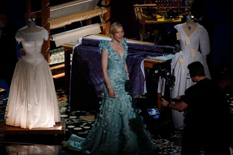 Cate Blanchett présente l'Oscar des meilleurs costumes