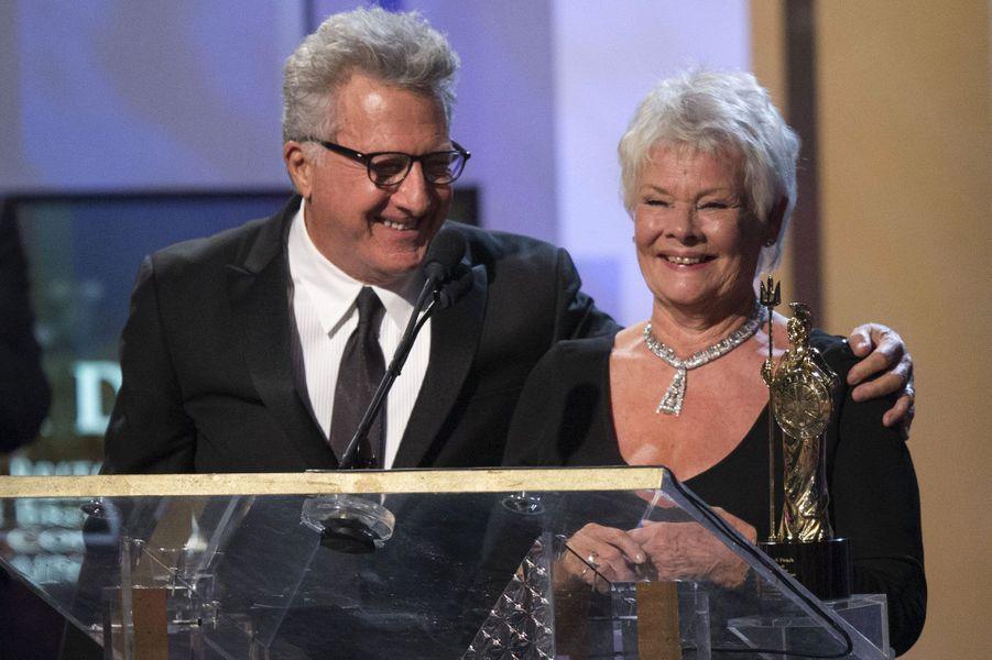 Judi Dench a reçu des mains de Dustin Hoffman un prix pour l'ensemble de sa carrière