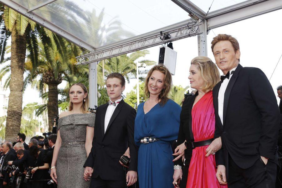 """L'équipe du film """"La tête haute"""" pour la montée des marches à Cannes le 13 mai 2015"""