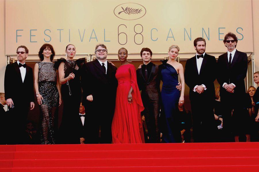 Le jury de la 68e édition du Festival de Cannes réuni pour la montée des marches, le 13 mai 2015