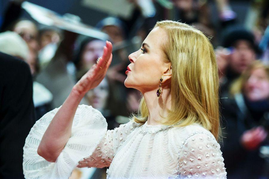 Nicole Kidman envoie un baiser à la foule