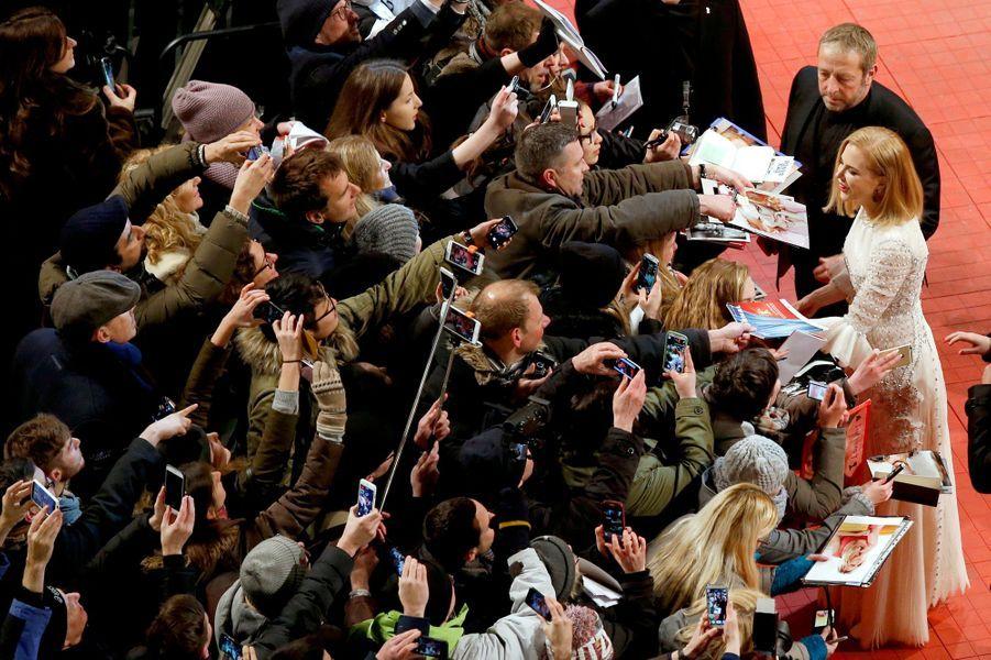 Nicole Kidman signe des autographes