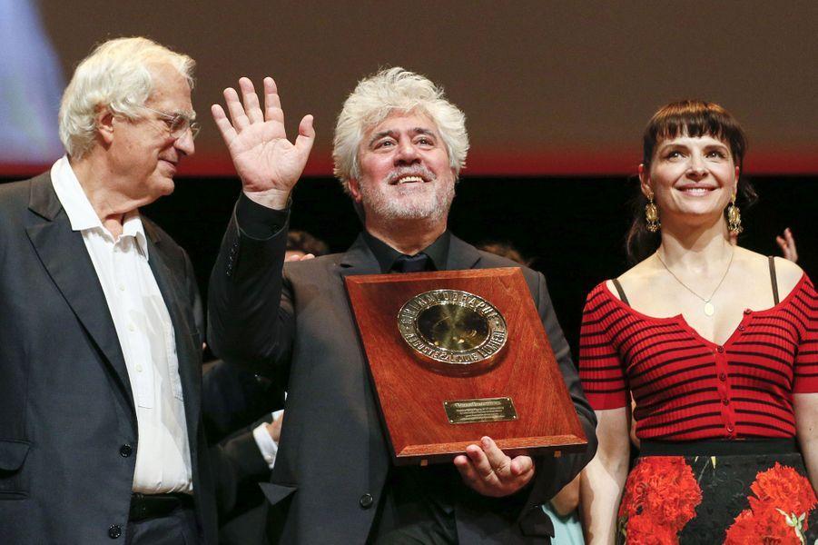 Pablo Almodovar récompensé du Prix Lumière 2014 à Lyon, avec Bertrand Tavernier et Juliette Binoche