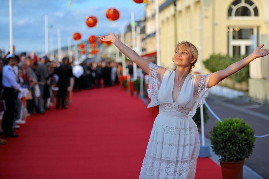 Sophie Marceau, Emmanuelle Béart, Zhang Ziyi et tant d'autres... Les stars se sont succédé sur le tapis rouge du Festival du film romantique de Cabourg qui s'est déroulé du 11 au 15 juin, sous un grand soleil normand.