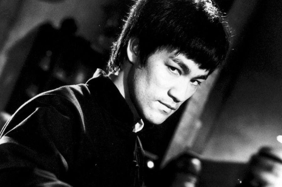 Bruce Lee est mort le 20 juillet 1973. Le tournage du «Jeu de la Mort» avait été interrompu pour qu'il puisse aller sur celui d'«Opération Dragon». Mais peu de temps après avoir repris le premier, l'acteur a fait un œdème cérébral. Pour terminer le film, la production a décidé de procéder à un montage en mettant des séquences piochées dans la filmographie de l'acteur.