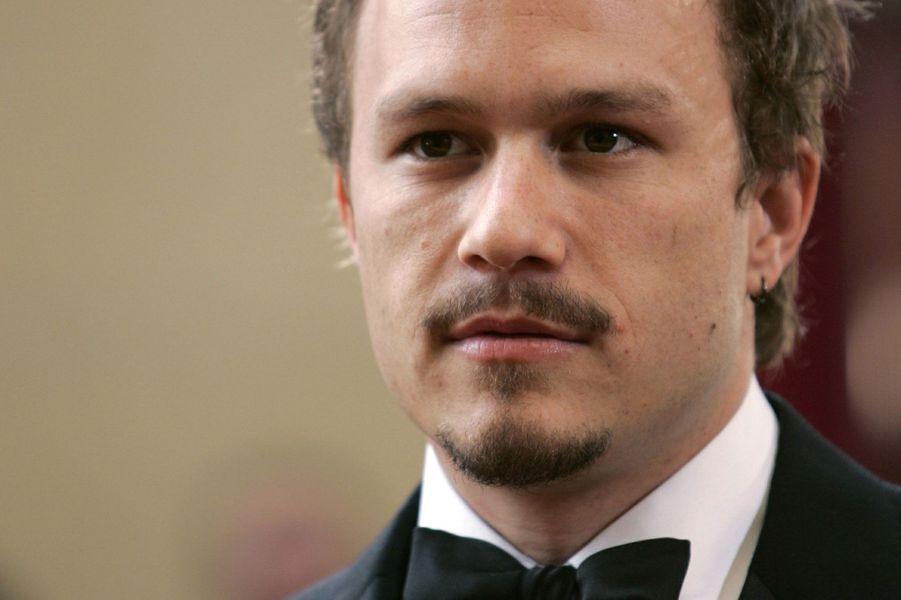 Le 22 janvier 2008, Heath Ledger est retrouvé mort dans son appartement de Manhattan, après une overdose. Il était au milieu du tournage de «L'Imaginarium du docteur Parnassus». Le tournage a été interrompu pendant un mois, le temps que le scénario soit retouché pour permettre à trois nouveaux comédiens d'endosser le rôle de l'acteur australien. Sont choisis pour le remplacer: Johnny Depp, Colin Farrell et Jude Law.