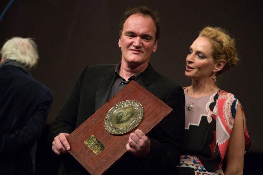 La belle Uma Thurman a remis au cinéaste Quentin Tarantino le prix Lumière pour l'ensemble de sa carrière, vendredi soir, à Lyon. Très ému, le cinéaste a rendu hommage au cinéma et à ses acteurs venus spécialement pour l'occasion - Uma Thuman, donc, mais aussi Tim Roth, Harvey Keitel et Mélanie Laurent.