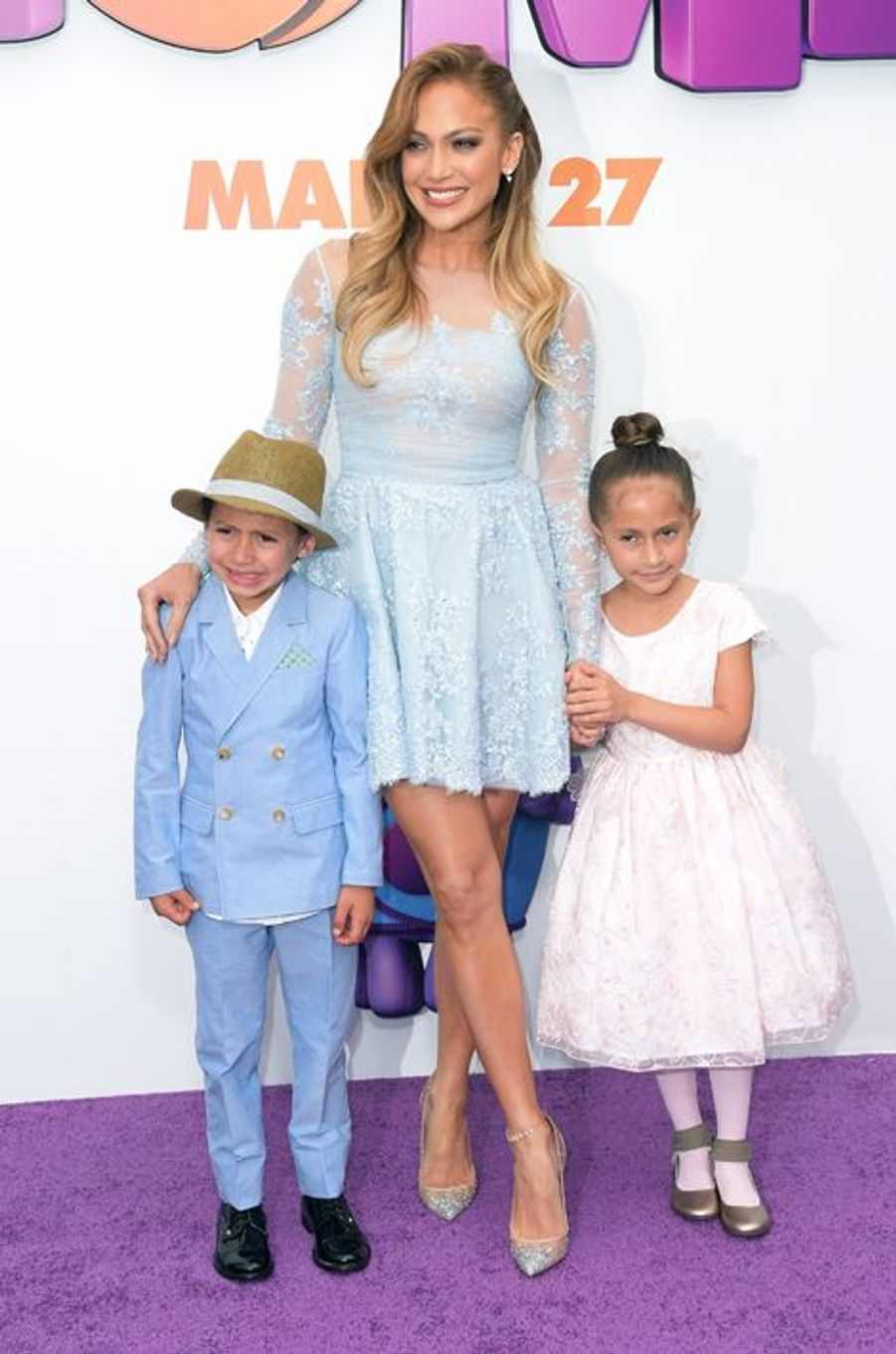 Jennifer Lopez entourée de ses jumeaux, Max et Emme, à Los Angeles le 22 mars 2015