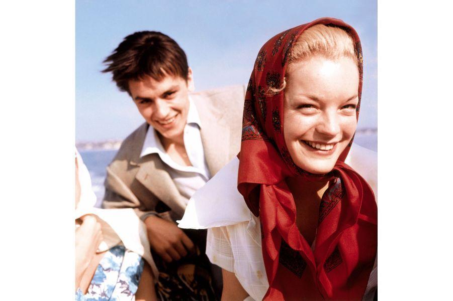 """Le 12ème Festival de Cannes se déroule du 30 avril au 15 mai 1959. Romy SCHNEIDER tourne """"Mademoiselle Ange"""" à Nice. Elle vient présenter """"Carnets intimes de jeune fille"""" de Rodolf THIELE. Alain DELON, qu'elle a rencontré et aimé sur le tournage de """"Christine"""" à Paris en 1958, l'accompagne : le couple souriant sur un bateau."""
