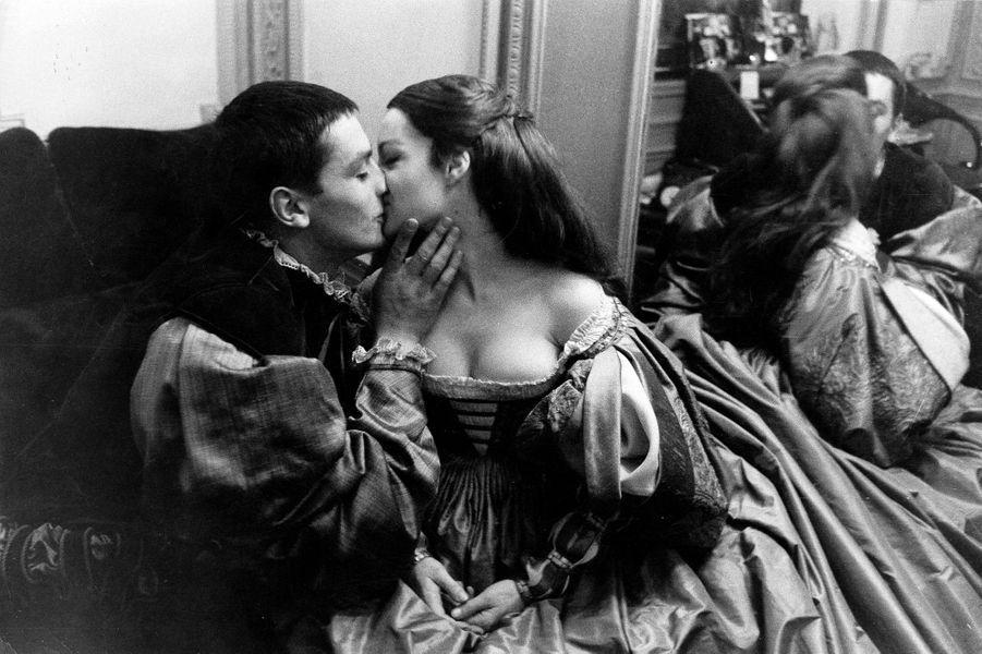 """La pièce """"Dommage qu'elle soit une p..."""" mise en scène par Luchino VISCONTI au théâtre de Paris : Alain DELON embrassant sur la bouche Romy SCHNEIDER."""