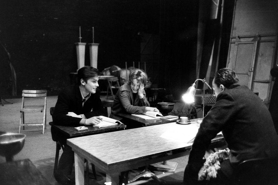"""Les répétitions de la pièce """"Dommage qu'elle soit une p..."""" : le metteur en scène Luchino VISCONTI et ses interprètes Romy SCHNEIDER et Alain DELON."""