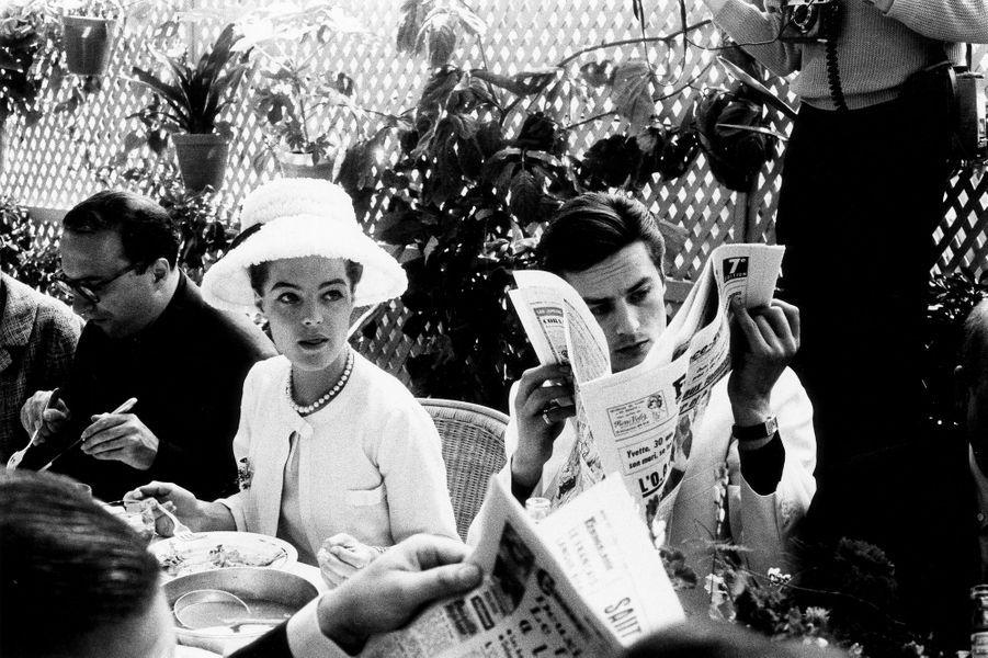 Romy SCHNEIDER, Alain DELON déjeunant à la table de la mère Terrat, à la Napoule. Cannes 1962.