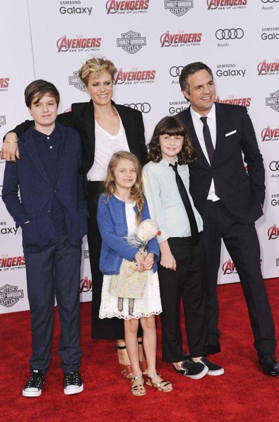 Mark Rufallo, son épouse Sunrise Coigney et leurs trois enfants à Los Angeles le 13 avril 2015