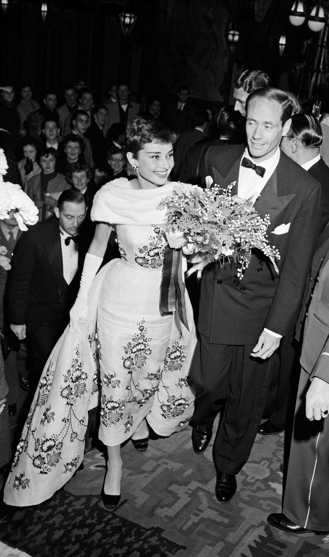 """En novembre 1954, le séjour dans ses terres d'origine pour présenter """"Sabrina"""", le dernier film de Billy Wilder, a pour Audrey Hepburn un parfum de lune de miel. Car l'actrice fraîchement oscarisée pour """"Les Vacances romaines"""" vient d'épouser l'acteur Mel Ferrer, révélé par Fritz Lang dans """"L'ange des maudits"""". Ils s'étaient rencontrés un an plus tôt lors d'une fête organisée par Gregory Peck à Londres. Frappés par le coup de foudre, ils se marient le 24 septembre sur les rivages du Lac Lucerne, en Suisse.Six photos de légende.Découvrez les clichés en vente surla grande galerie photo de Paris Matchgrâce à ce nouveau rendez-vous consacré aux femmes et aux hommes qui ont fait l'histoire de votre journal."""