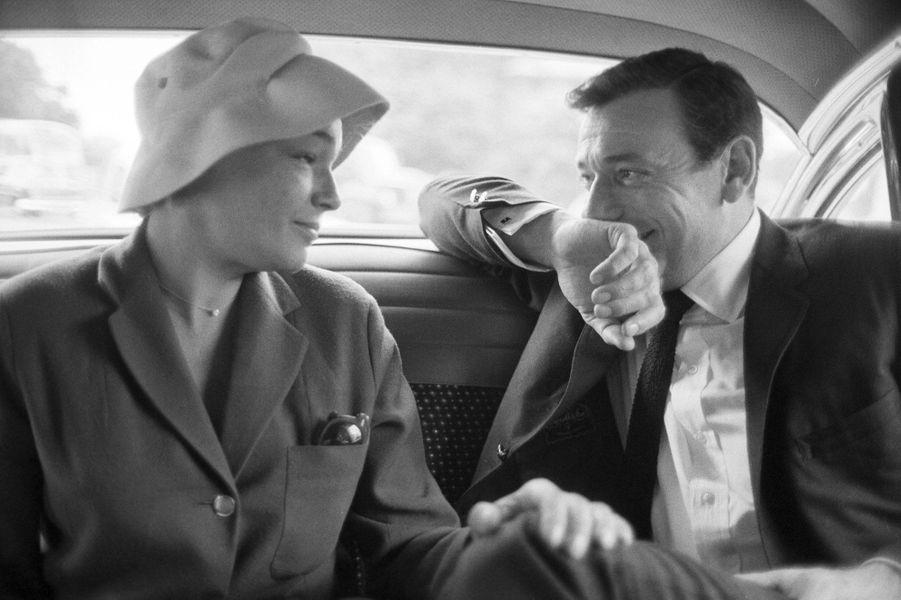 L'armistice. Montand vient de passer six mois aux Etats-Unis. Après un tour de chant triomphal, il est resté à Hollywood pour être le partenaire de Marilyn Monroe dans « Le milliardaire ». Simone a dû le laisser seul, pour tourner « Adua et ses compagnes » en Italie. Le monde entier sera témoin de la trahison de Montand. « Je ne peux pas me permettre de juger ce qui a pu se passer entre un homme, mon mari, et une femme, ma copine, qui travaillaient ensemble, vivaient sous le même toit et, par conséquent, partageaient leur solitude, leurs angoisses, leur humour, leurs souvenirs d'enfants pauvres », expliquera Simone. La femme bafouée réagit avec son intelligence et sa générosité. Elle exigera qu'on respecte certaines règles : ainsi Montand vient-il l'accueillir à Orly, quand elle rentre de Rome. « L'idée que je puisse quitter Simone est ridicule », déclarera l'acteur. Une fois de plus Marilyn essuie ses larmes. « Pourquoi suis-je tombée amoureuse de lui ? » se lamente-t-elle. Après la mort de Simone, Montand confiera : « Je regrette de lui avoir infligé ce chagrin. C'est ça que je regrette, seulement ça. »Six photos de légende.Découvrez les clichés en vente surla grande galerie photo de Paris Matchgrâce à ce nouveau rendez-vous consacré aux femmes et aux hommes qui ont fait l'histoire de votre journal.