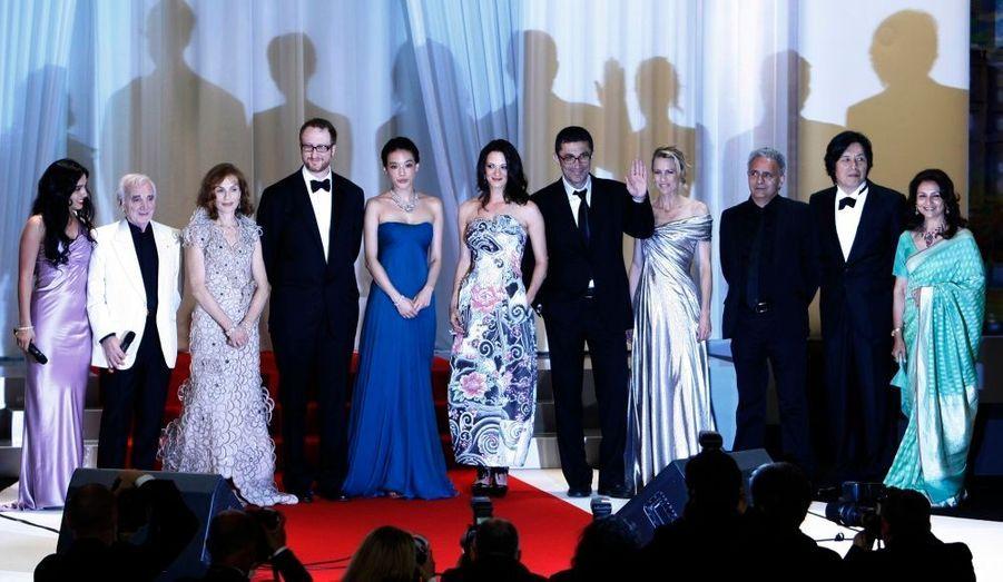 L'actrice Hafsia Herzi pose avec les membres du jury de l'édtion 2009 du festival de Cannes.