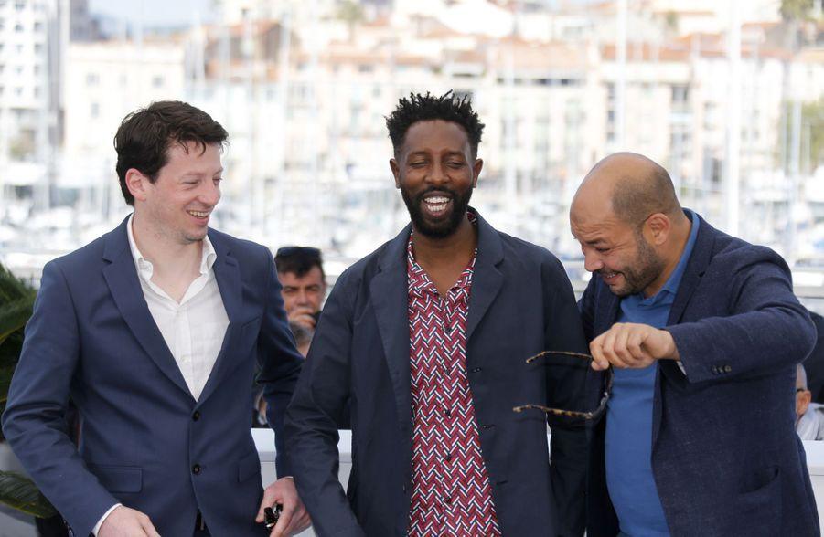 Ladj Ly et les producteurs Christophe Barral et Toufik Ayadilors du photocall du film «Les Misérables» le 16 mai 2019