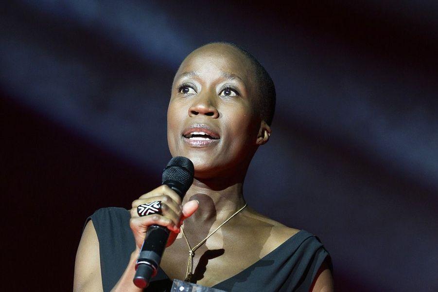 Originaire du Mali, la musicienne et chanteuse Rokia Traoré trace une route singulière, entre tradition et modernité. Influencée par une enfance nomade passée entre l'Europe, le Moyen-Orient et le Mali, cette auteur-compositeur-interprète à la voix envoûtante signe un premier album particulièrement remarqué, « Mouneïssa » (1998). Avec « Wanita » (2000), « Bowmboï » (2003), « Tchamantché » (2008) et « Beautiful Africa » (2013), Rokia Traoré propose des associations inédites d'instruments comme le balafon, le n'goni, la guitare électrique ou la batterie. Multipliant les collaborations artistiques, elle fait de la musique son seul continent.