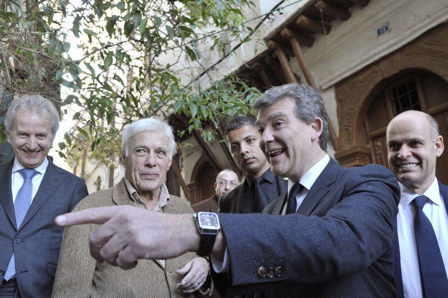 Guy Bedos avec le candidat à la primaire socialiste Arnaud Montebourg, lors d'un voyage à Alger, en décembre 2016.