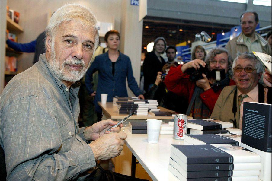 Guy Bedos en dédicace au Salon du livre, à Paris, en mars 2005.