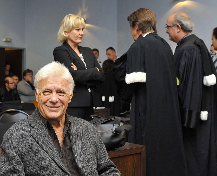 Guy Bedos sourit avant une audience au tribunal de Nancy, en septembre 2015. Il était jugé pour avoir insulté l'eurodéputée Nadine Morano. L'élue de droite a été déboutée en 2017.
