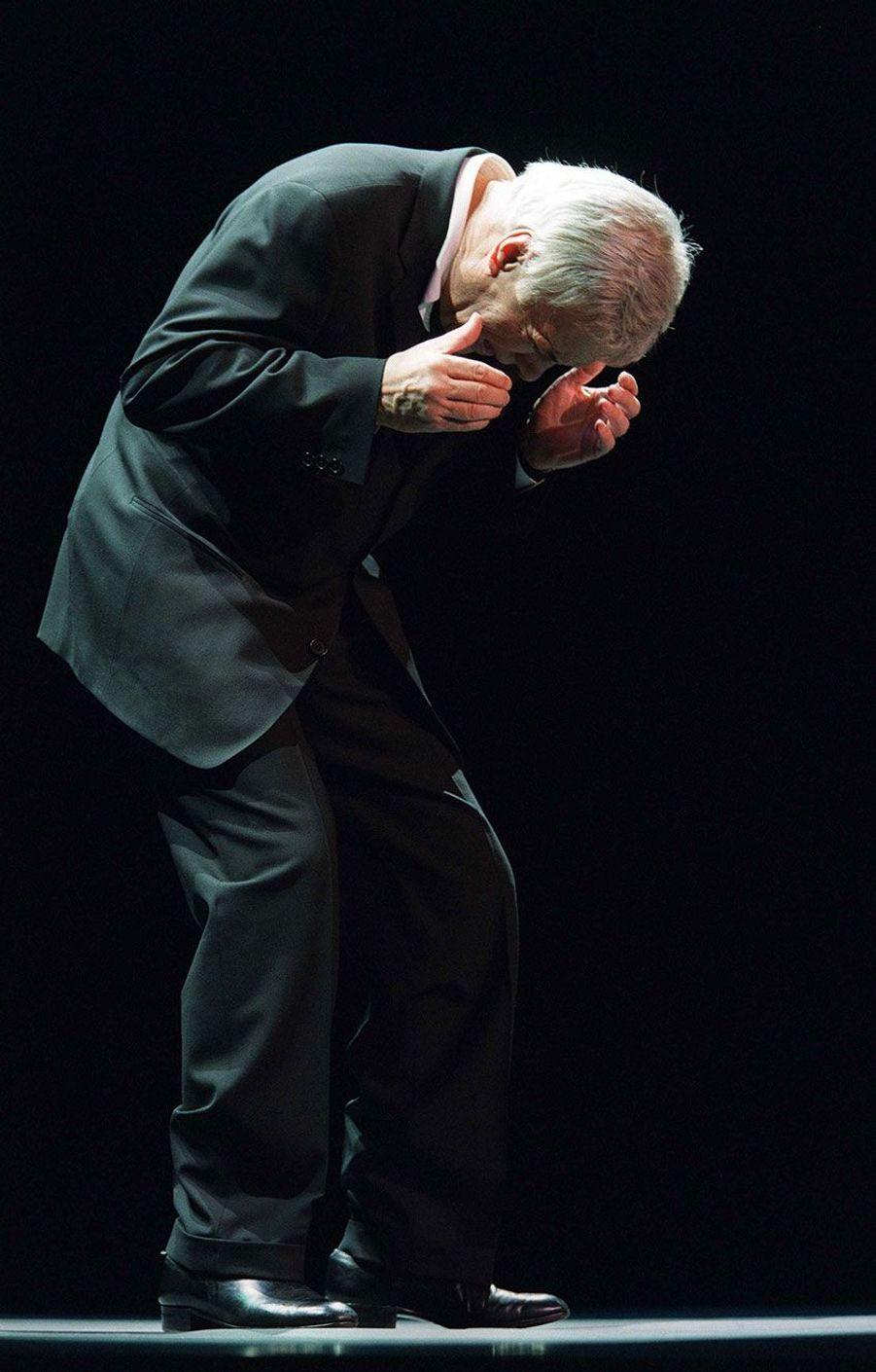 Guy Bedos sur scène à l'Olympia en janvier 2002.