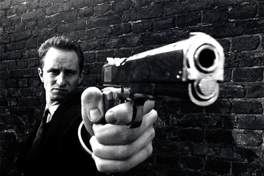 Dans ce film de Rémy Belvaux, il est Ben, un tueur à gages belge qui confie à l'équipe de tournage qui le suit ses méthodes de travail et sa façon de vivre. Devenu culte grâce à son humour noir, «C'est arrivé près de chez vous» a permis à Benoît Poelvoorde de se faire connaître.