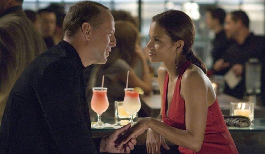 En 2007, Bruce Willis joue un chef d'entreprise mystérieux face à la séduisante Halle Berry.