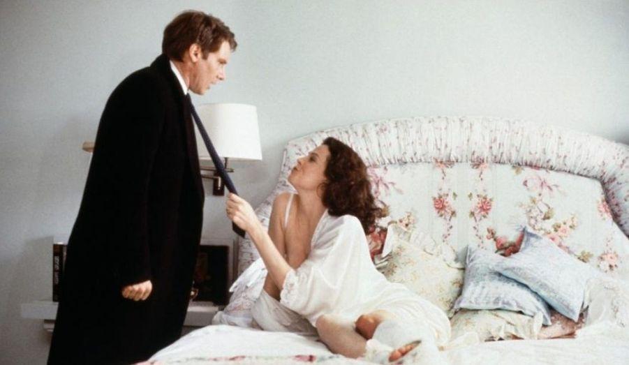 Harrison Ford joue un homme tiraillé entre deux femmes, Sigourney Weaver et Melanie Griffith.