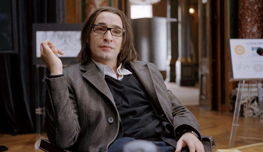 Jean Dujardin tient le rôle d'un publicitaire survolté, double fictif de Frédéric Beigbeder.