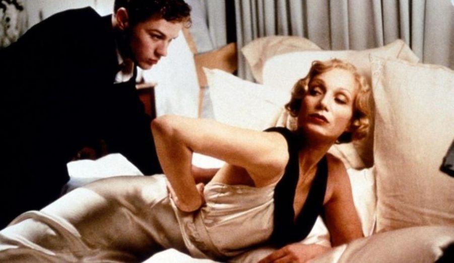 Dans ce film de Robert Altman, Kristin Scott-Thomas est Lady Sylvia, une riche aristocrate qui organise avec son mari une partie de chasse. Les apparences dominent chez les invités, tous aussi différents les uns des autres. Mais, durant la partie de chasse, le mari de Lady Sylvia est poignardé.