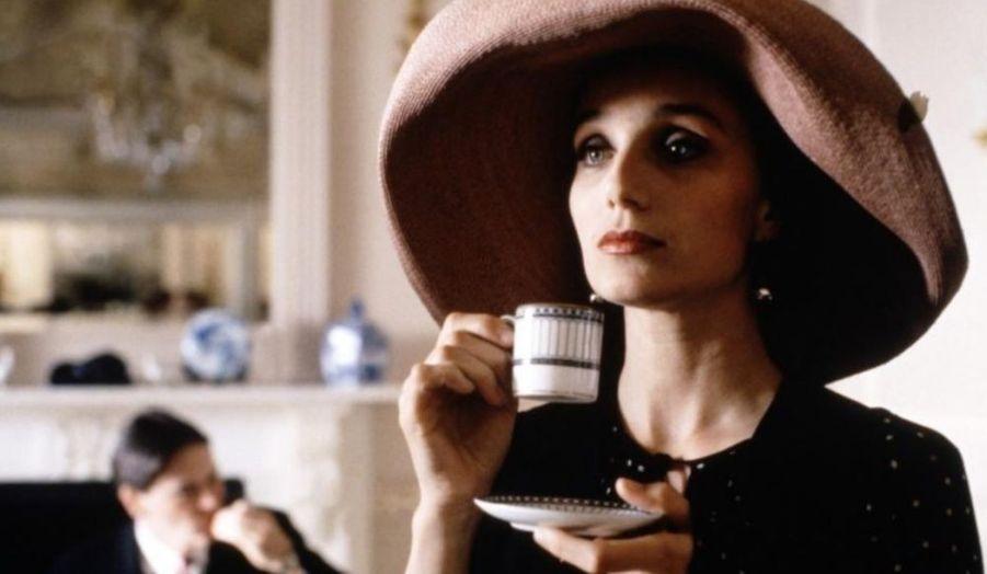 Notre rendez-vous glamour du dimanche s'intéresse cette semaine à la belle Kristin Scott-Thomas. Née en 1960, cette Anglaise mène une carrière internationale sans pour autant délaisser le cinéma français. Elle est à l'affiche de «Dans la maison» de François Ozon, aux côtés de Fabrice Luchini.Pour cette comédie anglaise de Mike Newell, Kristin Scott-Thomas gagnera le BAFTA de la Meilleure actrice dans un second rôle en 1995. Elle est Fiona, la cynique meilleure amie de Charles (Hugh Grant), dont elle est secrètement amoureuse.