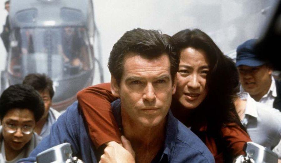 """En 1997, Michelle Yeoh devient une héroïne du cinéma d'action hollywoodienne grâce à son rôle de James Bond Girl dans """"Demain ne meurt jamais""""."""