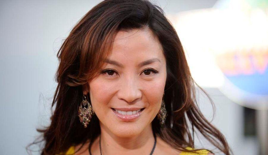 """Notre rendez-vous glamour du dimanche dresse cette semaine le portrait en images de Michelle Yeoh, peut-être la plus grande actrice asiatique actuelle, à l'affiche dans """"The Lady"""" de Luc Besson. Avant d'entamer sa carrière à Hollywood, l'ancienne Miss Malaisie était l'une des grandes stars du cinéma d'action hongkongais."""