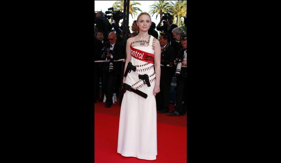 Au printemps 2007, Sara Forestier est sur la Croisette pour assister à la projection de Chacun son cinéma, le film collectif du Festival de Cannes. Pour l'occasion, la belle avait revêtu une robe contre la prolifération des armes à feu.