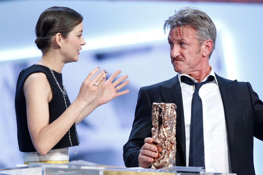César d'honneur pour l'ensemble de la carrière de Sean Penn remis des mains de Marion Cotillard, 20 février 2015
