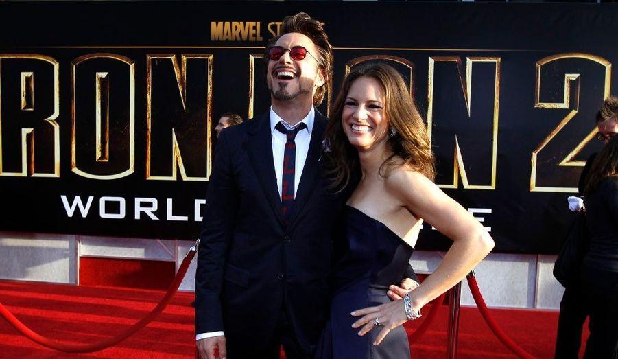Visiblement complices, Robert Downey Jr. et sa femme se sont apparemment bien amusés sur le tapis rouge.