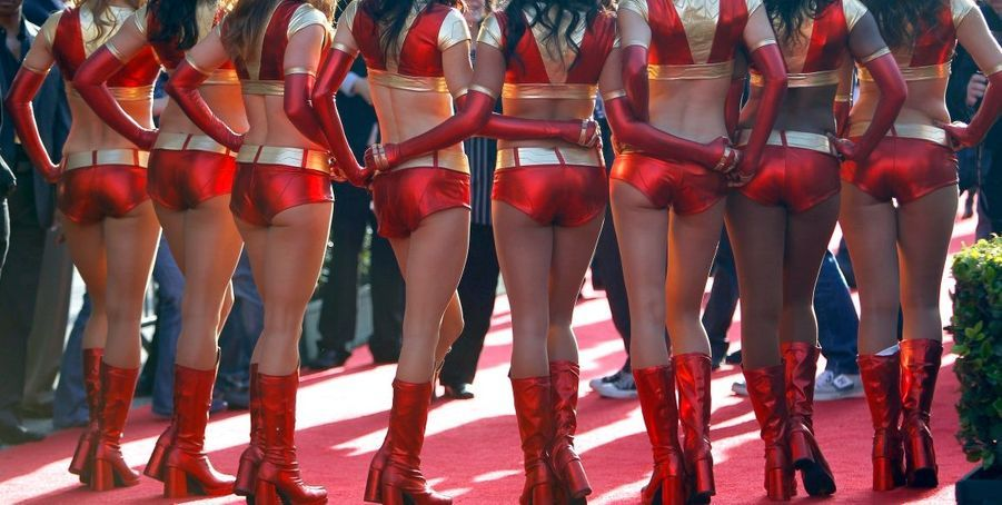 Dans un autre style, les hôtesses de la soirée arboraient des tenues assorties à l'armure d'Iron Man.