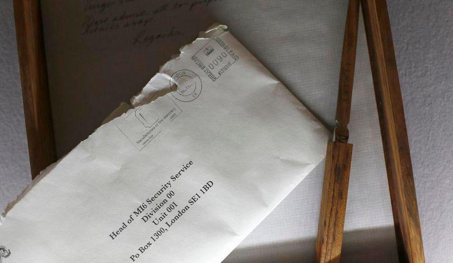 Un coupe-papier, une enveloppe adressée au MI6 et une lettre manuscrite de M. en provenance directe de Quantum of Solace. Valeur : entre 900 et 1400 euros.