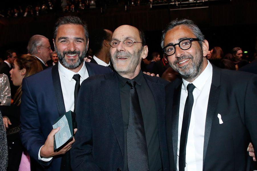 Jean-Pierre Bacri entre les réalisateurs Olivier Nakache et Eric Toledano, aux César, pour «Le Sens de la fête» en 2018.